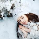 Kvinna vilar i snön